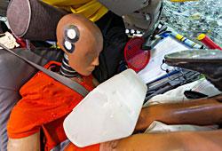 ADAC Crashtest - Gepäckstücke schnellen beim Crash bis zur Frontscheibe vor.