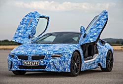 BMW i8 - Frontansicht mit geöffneten Türen