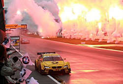 Timo Glock bei der Zieldurchfahrt zu seinem ersten DTM-Sieg beim Saisonabschluss in Hockenheim