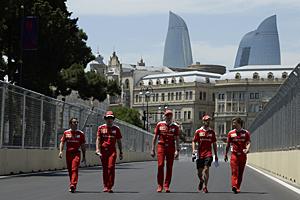 GP Europa - Qualifiyng: Sebastian Vettel und Ferrari-Teammitglieder erkunden zu Fuß den Kurs in Baku