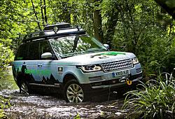 Range Rover Hybrid im Gelände auf Tour