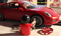 Playmobil-Porsche 911 Carrera S beim Felgentausch
