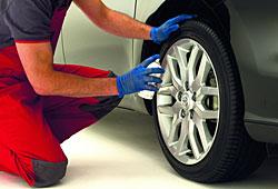 Toyota Pro Tect-System bei der Anwendung an einer Leichtmetallfelge.