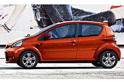 Toyota Aygo Seitenansicht mit Dachspoiler in Wagenfarbe
